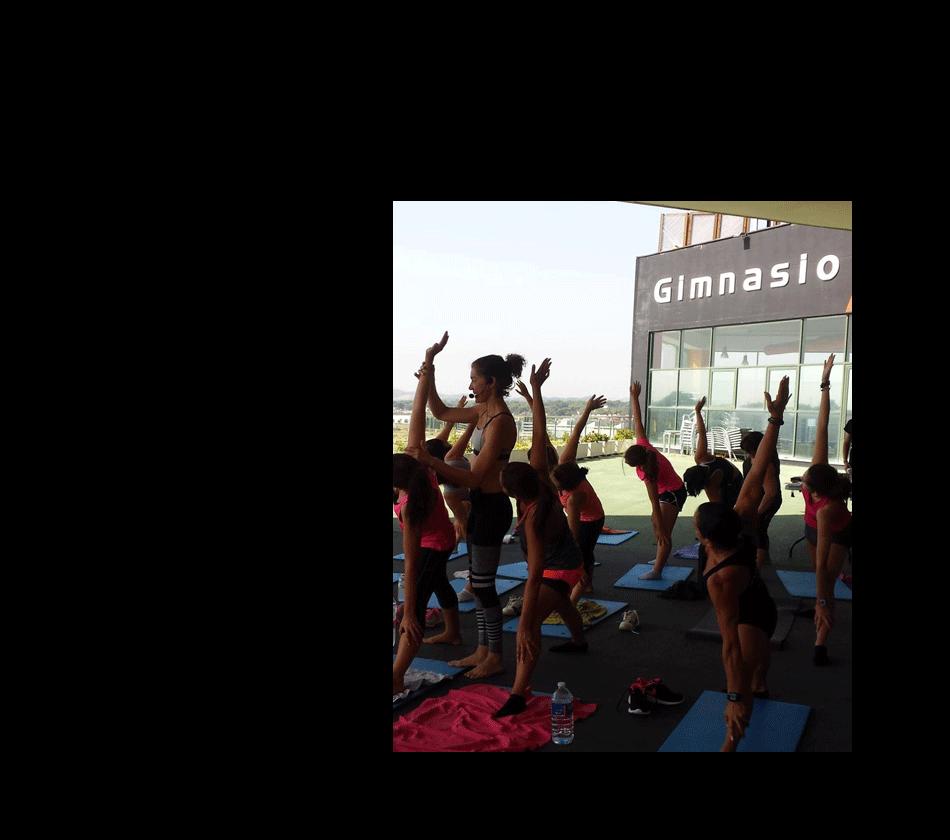 actividad de yoga en exterior